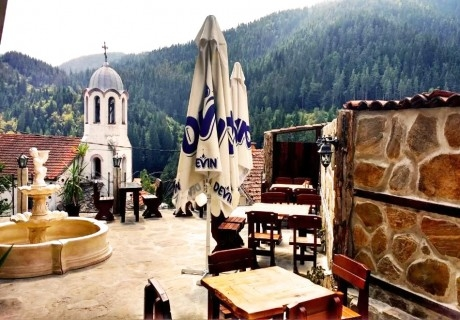 Нощувка на човек със закуска и вечеря във Вълчановата къща край Батак, с. Фотиново