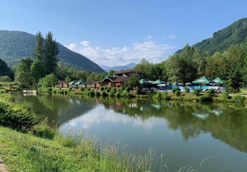 Релакс в Рибарица! Нощувка със закуска на човек + спортен риболов в комплекс Върбака