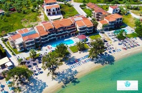На първа линия в Тасос! 2+ нощувки със закуски и вечери на човек + басейн, чадър и шезлонг на плажа от Rachoni Bay Resort, Скала Рахониу
