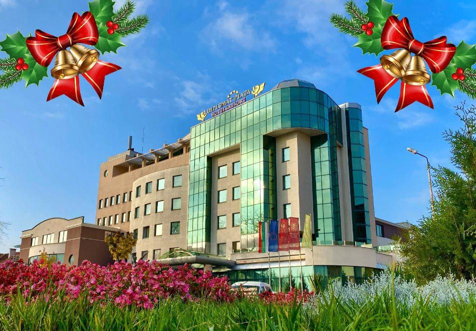 Коледа в Луковит! 2 или 3 нощувки на човек със закуски и празнични вечери + басейн и СПА зона от хотел Дипломат Плаза****