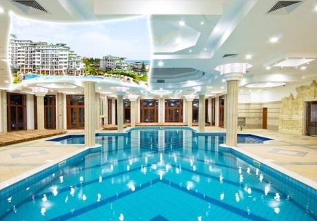 Нощувка на човек в апартамент с гледка море със закуска и вечеря + басейн и релакс център в хотел Емералд Резорт Бийч и СПА*****, Равда