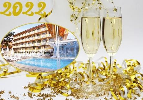 Нова година във Велинград! 3 нощувки на човек със закуски и вечери, едната празнична + 3 минерални басейна и СПА зона от Балнеохотел Аура***