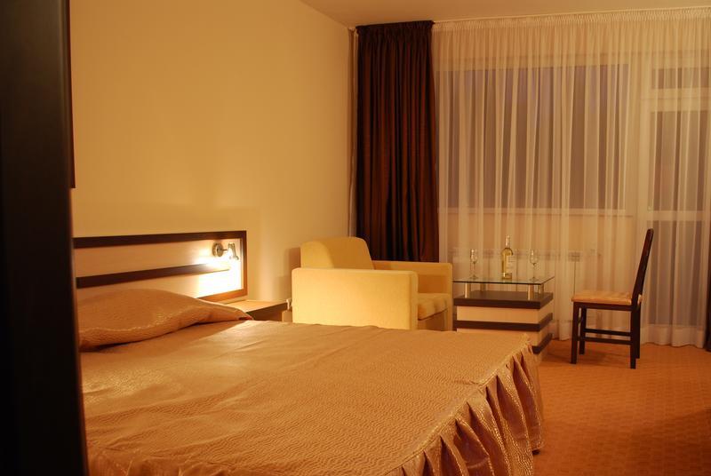Нова година във Велинград! 3 нощувки на човек със закуски и вечери, едната празнична с DJ + басейн и уелнес център в хотел Холидей****, снимка 7