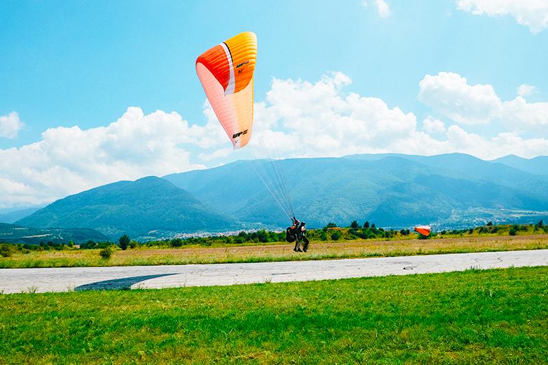 Тандемен полет с парапланер от склон от Сопот, Златица или Конявската планина от фирма Полети и приключения, снимка 4