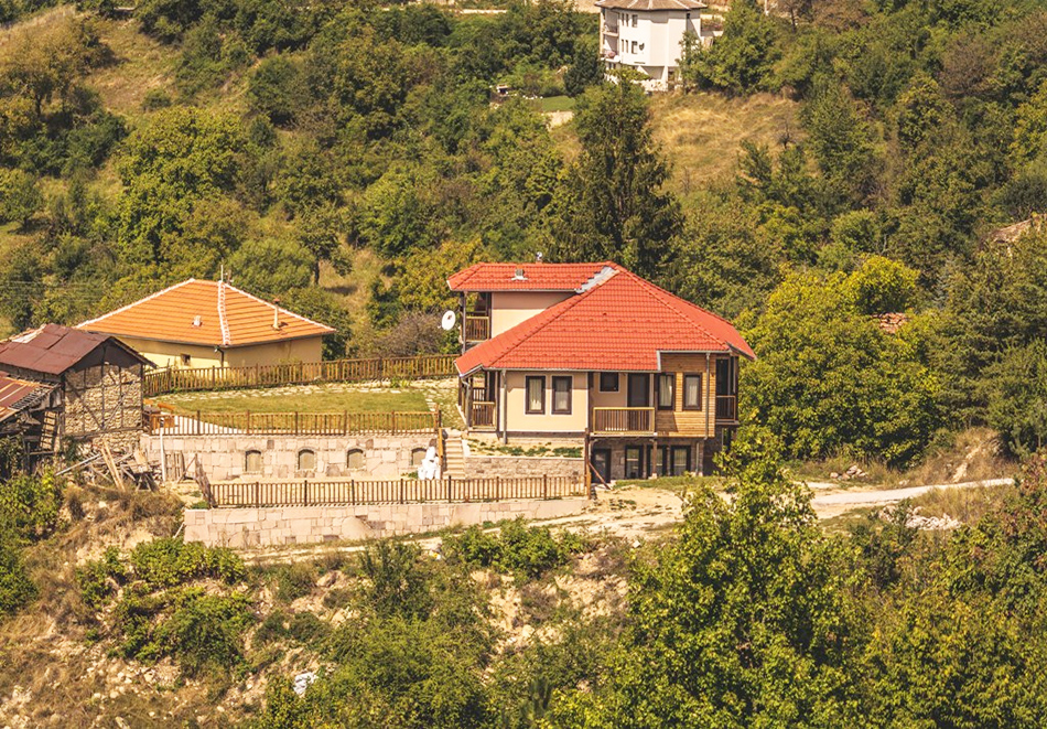 Наем за 1, 2 или 3 нощувки на самостоятелна къща за до 14 човека + барбекю, механа от къща за гости Боряна, село Борово, край Асеновград, снимка 13