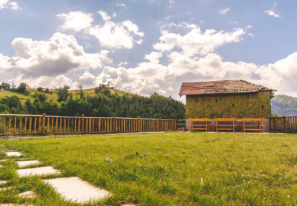 Наем за 1, 2 или 3 нощувки на самостоятелна къща за до 14 човека + барбекю, механа от къща за гости Боряна, село Борово, край Асеновград, снимка 15