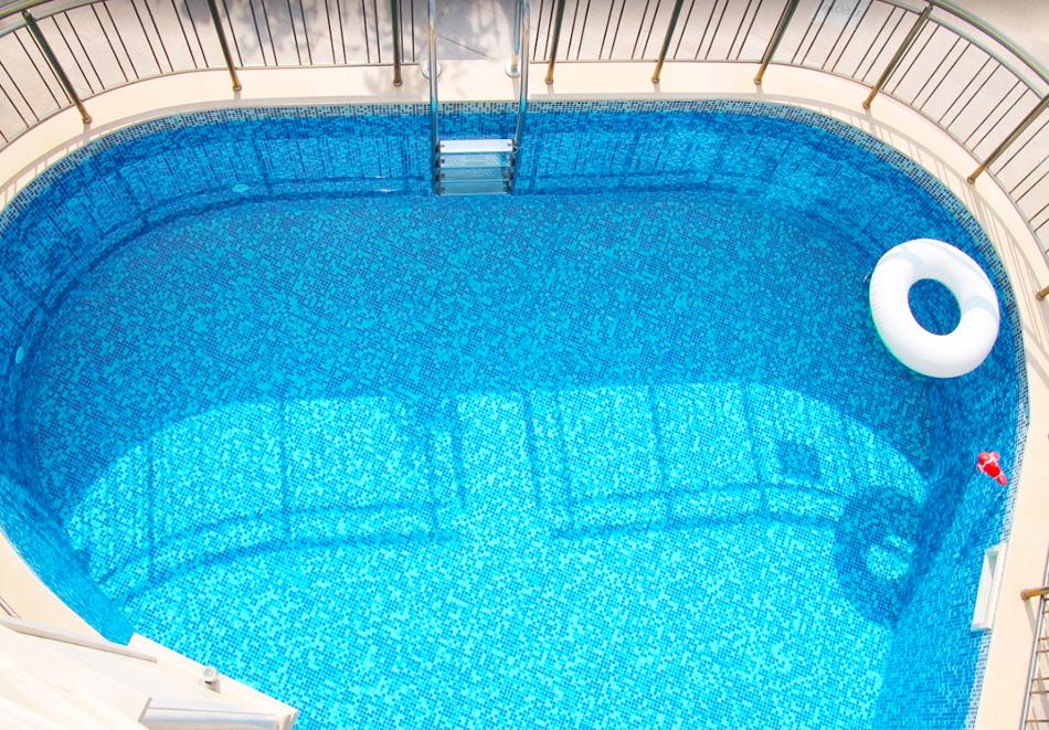 Нощувка на човек със закуска + басейн  в хотел Аква Вю****, Златни пясъци. Дете до 13г. – безплатно!, снимка 3