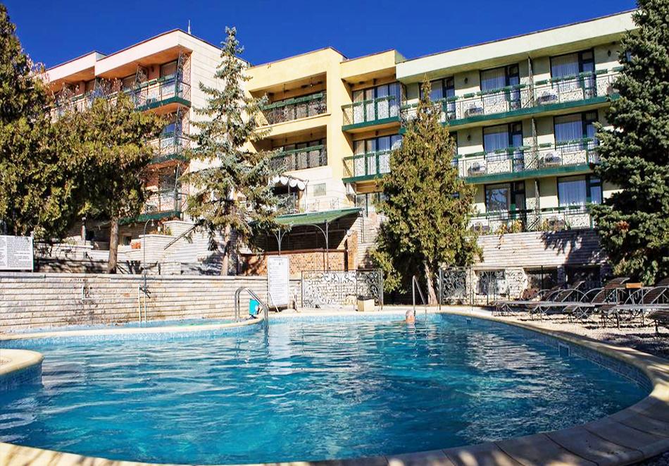 Нощувка със закуска за ДВАМА + външен и вътрешен басейн с гореща минерална вода и сауна от хотел Виталис, Пчелински бани, до Костенец, снимка 2
