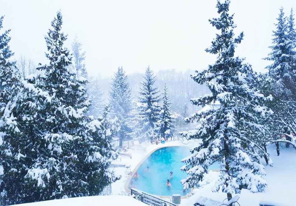 Нощувка със закуска за ДВАМА + външен и вътрешен басейн с гореща минерална вода и сауна от хотел Виталис, Пчелински бани, до Костенец, снимка 3