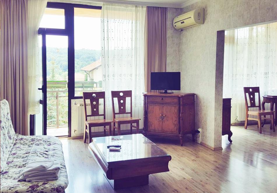 Нощувка със закуска за ДВАМА + външен и вътрешен басейн с гореща минерална вода и сауна от хотел Виталис, Пчелински бани, до Костенец, снимка 4