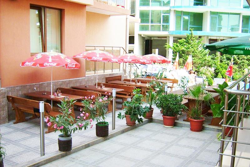 Нощувка за 2-ма, 3-ма или 4-ма + басейн в семеен хотел Елена, на 150м. от плажа в Приморско, снимка 6