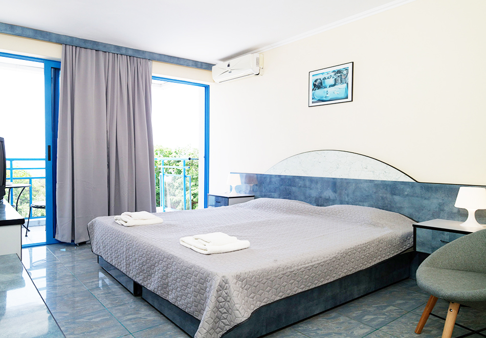 На ПЪРВА линия в Балчик! Нощувка на човек в двойна стая с изглед море от хотел Айсберг, снимка 4