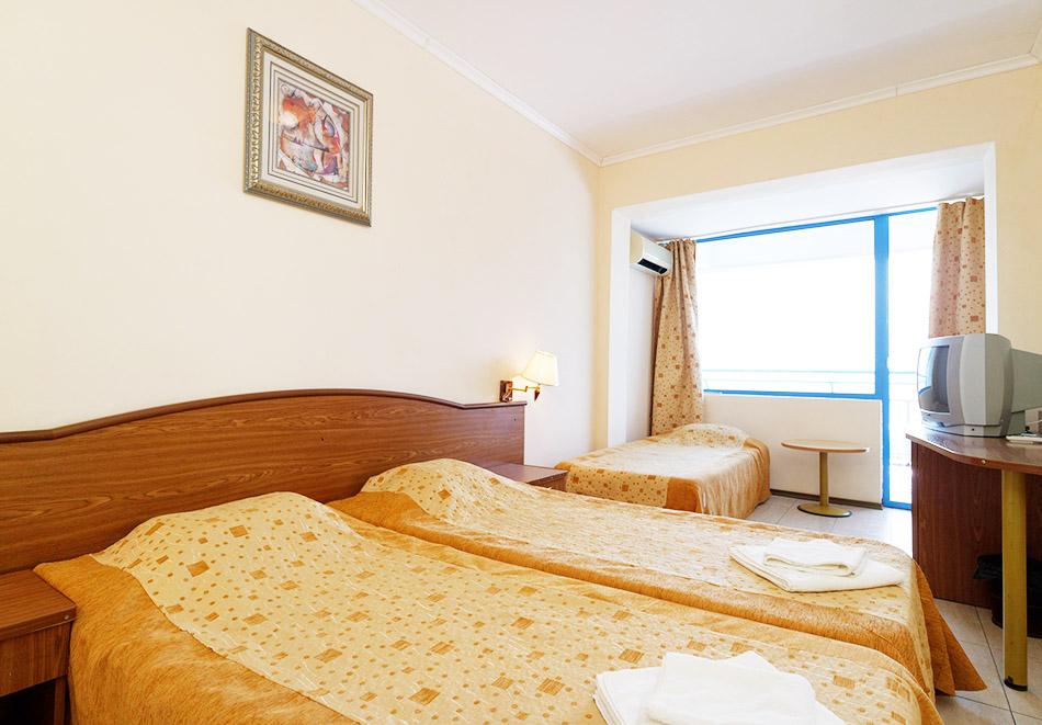 На ПЪРВА линия в Балчик! Нощувка на човек в двойна стая с изглед море от хотел Айсберг, снимка 5