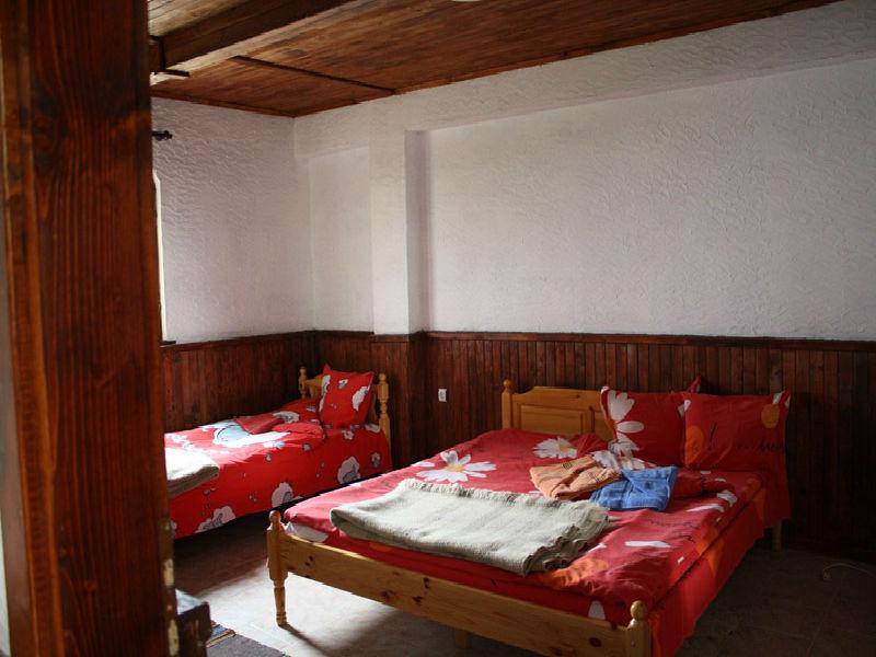 Нощувка на човек със закуска и вечеря от Вилно селище Сабазий, местност Сини Връх, до Белинташ, снимка 4