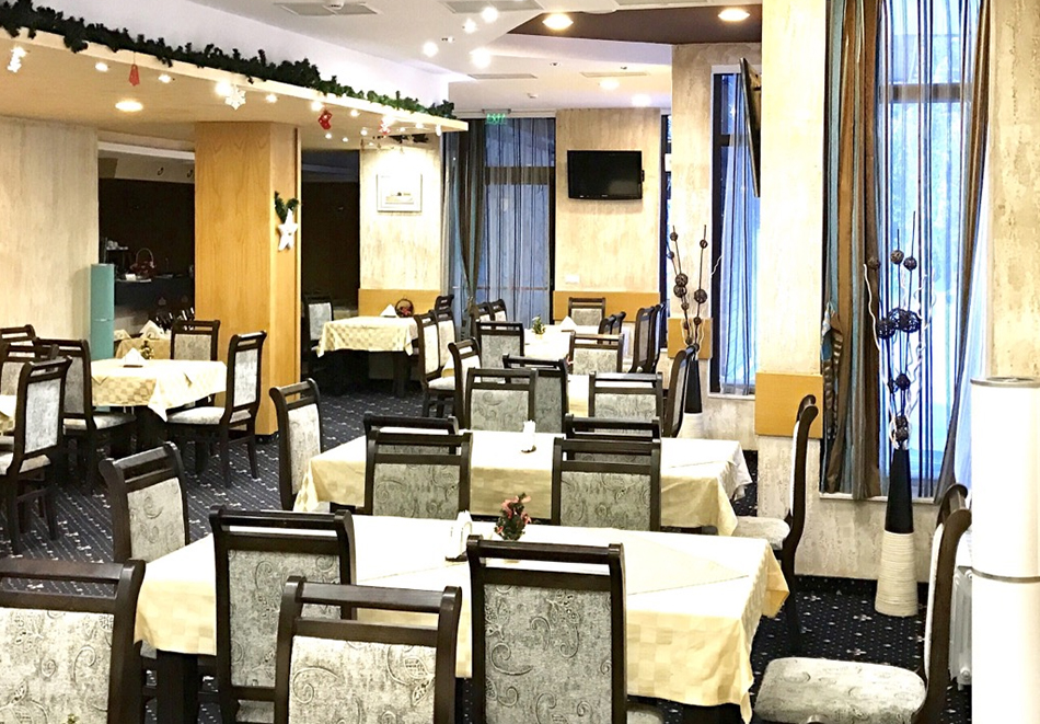 Ранни записвания за ски в Пампорово. Нощувка на човек със закуска и вечеря + басейн и джакузи в хотел Невястата****, снимка 9