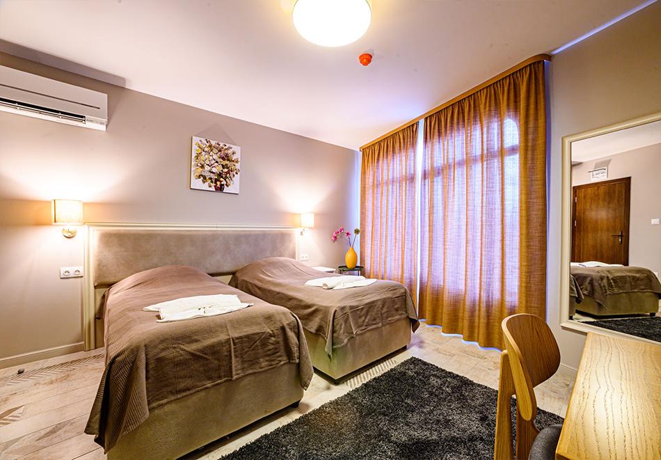 2 или 3 нощувки на човек със закуски и вечери с напитки + ТОПЪЛ басейн и релакс зона от хотел Антик, Павел Баня, снимка 11