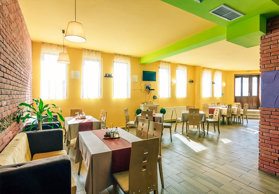 Нощувка до 16 човека + голяма трапезария с напълно оборудвана кухня за готвене и релакс зона от Комплекс Флора, село Паталеница, снимка 9