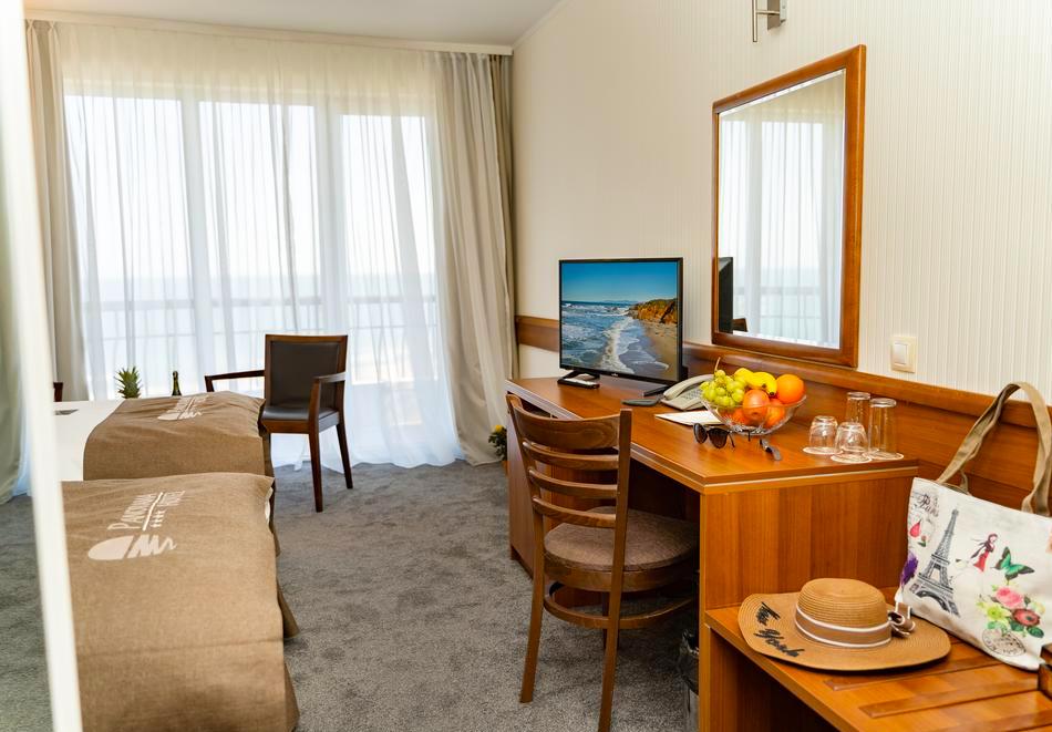 Нощувка със закуска на човек в двойна стая с изглед МОРЕ в хотел Панорама****, Варна, снимка 13