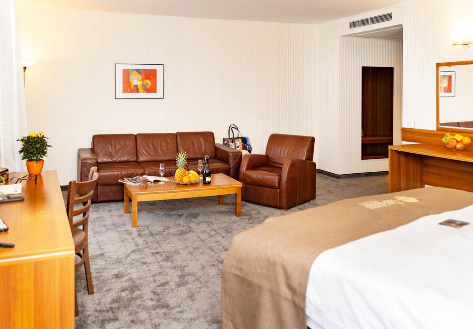 Нощувка със закуска на човек в двойна стая с изглед МОРЕ в хотел Панорама****, Варна, снимка 12