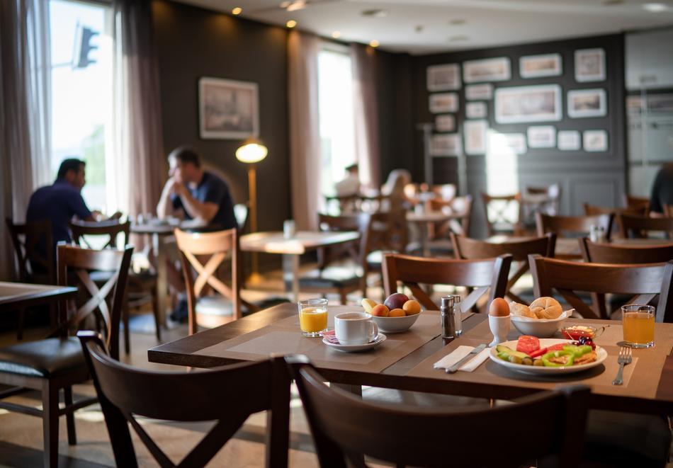Нощувка със закуска на човек в двойна стая с изглед МОРЕ в хотел Панорама****, Варна, снимка 9