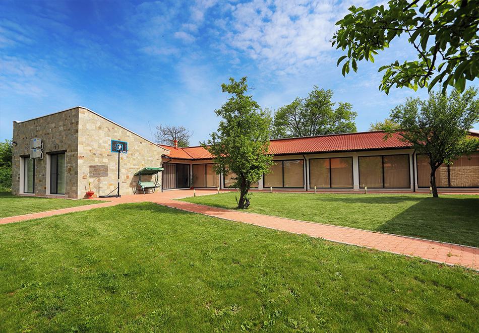 Почивка до Плевен! Наем на луксозна къща за до 16 човека + барбекю от Къща Чудна, село Бресте, Червен бряг, снимка 2