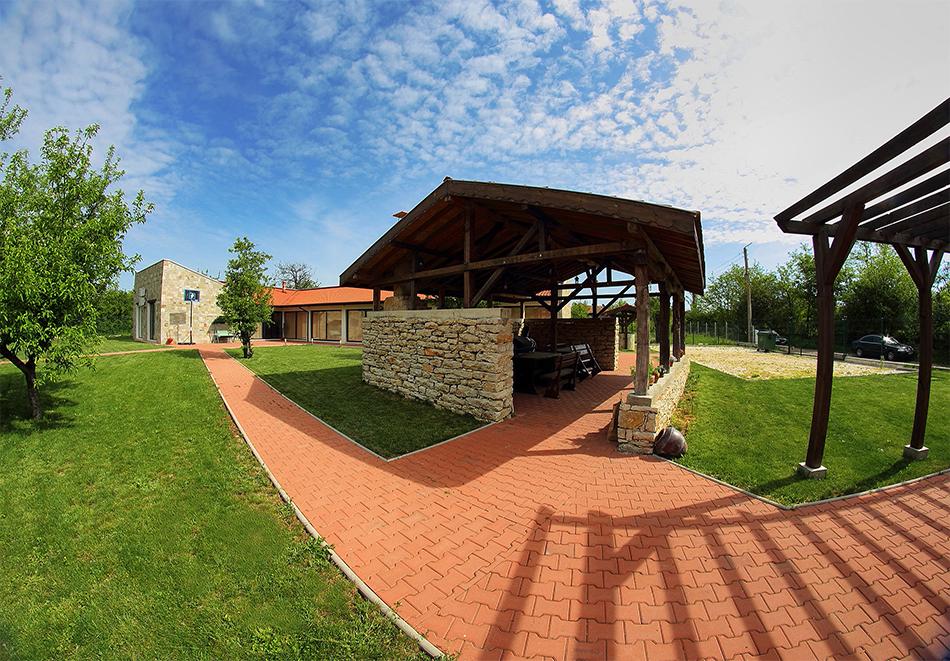 Почивка до Плевен! Наем на луксозна къща до 16 човека + барбекю от Къща Чудна, село Бресте, Червен бряг, снимка 14