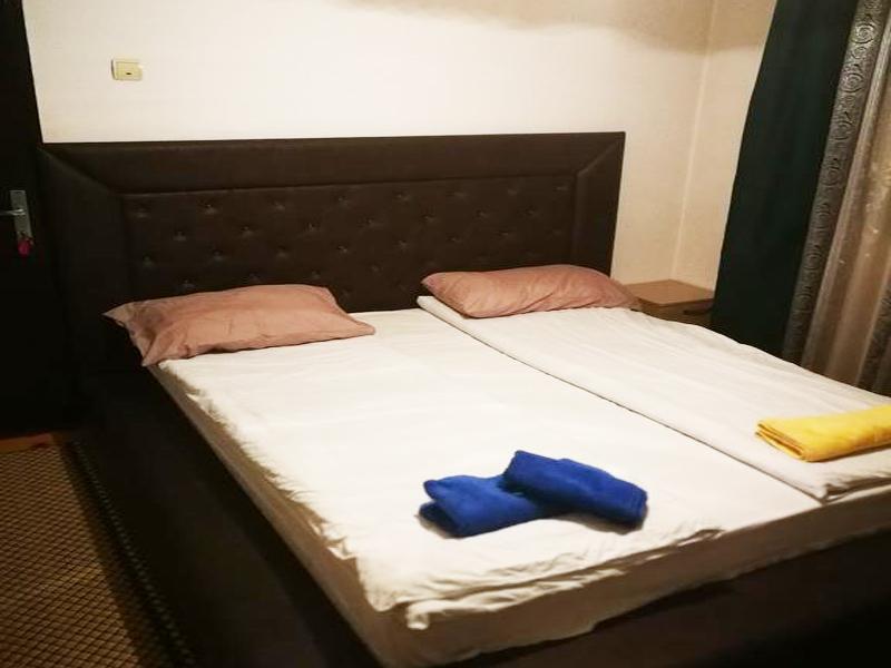 8-ми декември в Добринище! Нощувка на човек в къща за гости Байракови, снимка 5