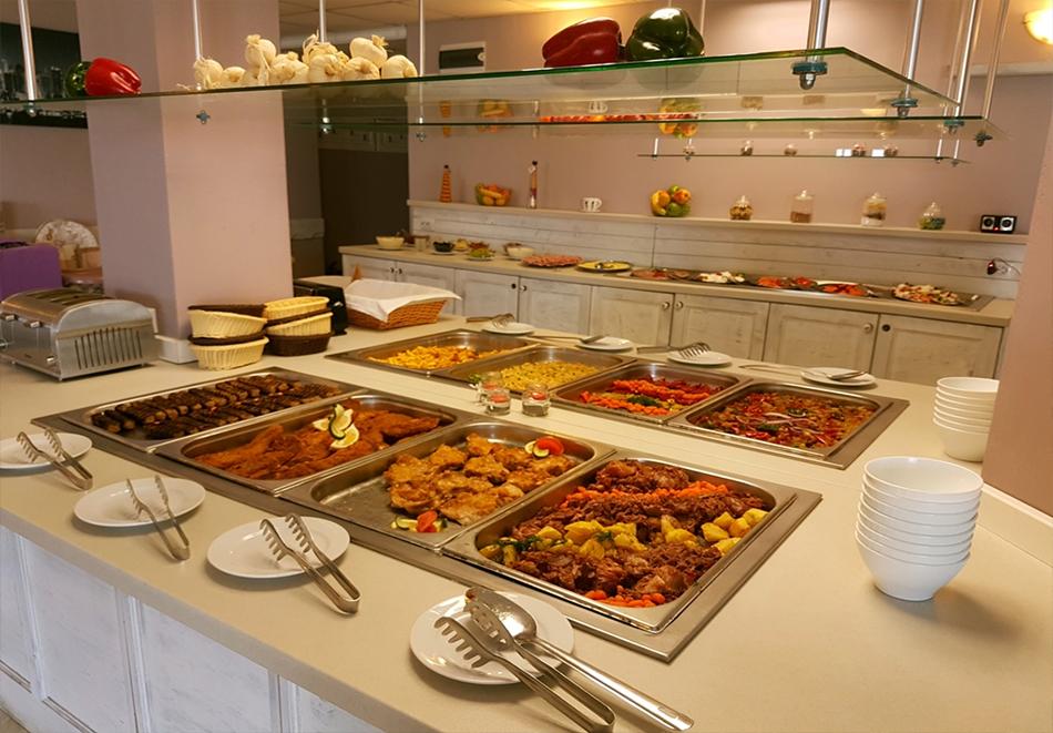 На 1-ва линия в Царево! Нощувка за двама в двойна стая море, закуска, обяд и вечеря + басейн и детска анимация в хотел Томас Резидънс, снимка 10