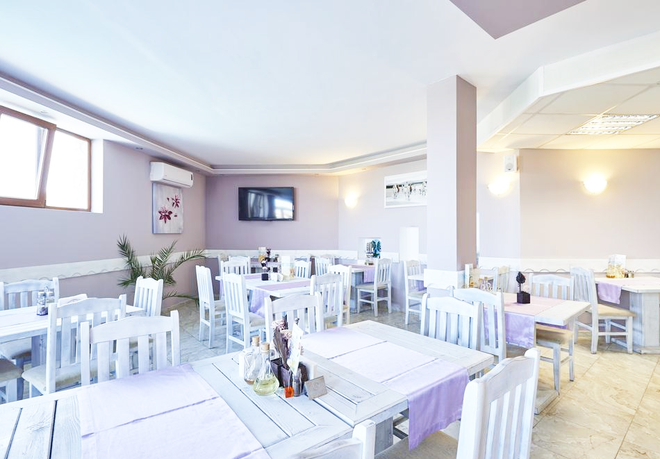 На 1-ва линия в Царево! Нощувка за двама в двойна стая море, закуска, обяд и вечеря + басейн и детска анимация в хотел Томас Резидънс, снимка 11