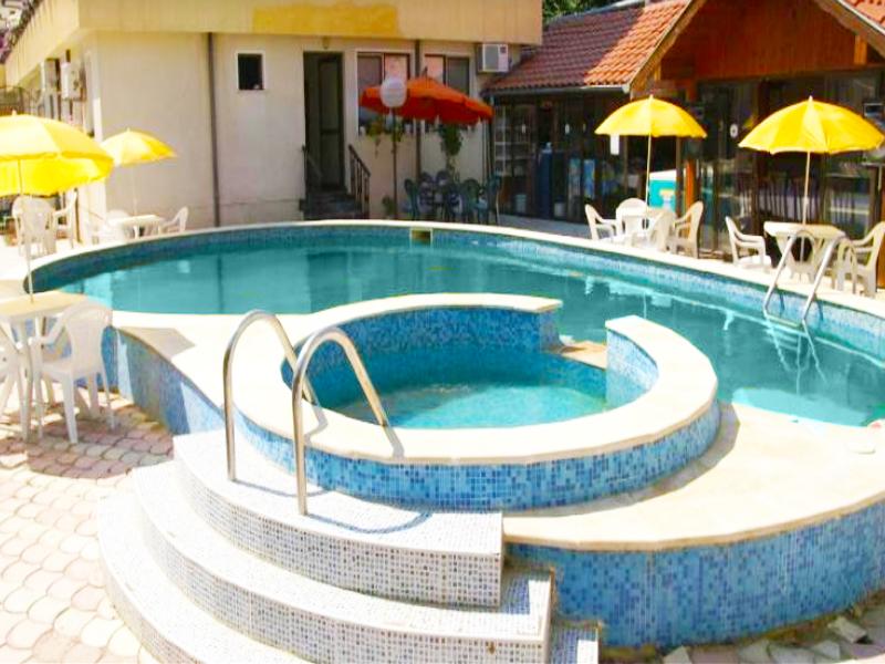 Лято в Константин и Елена! Нощувка на човек + басейн с минерална вода на цени от 12 лв. до 19.90 лв. в хотел Свети Петър ***. Дете до 12г. БЕЗПЛАТНО!, снимка 3