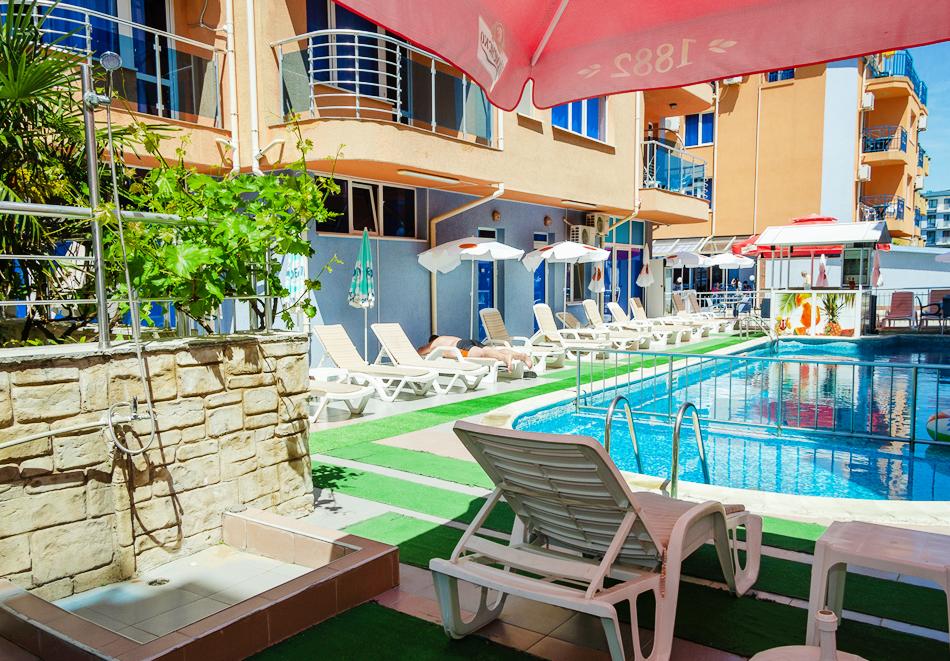 Нощувка за двама, трима или четирима + басейн в хотел Дара, Приморско, снимка 3