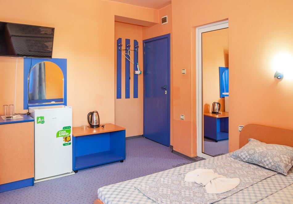 Нощувка за двама, трима или четирима + басейн в хотел Дара, Приморско, снимка 8