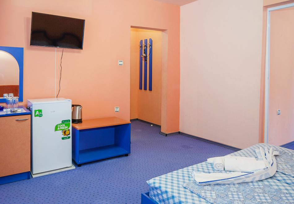 Нощувка за двама, трима или четирима + басейн в хотел Дара, Приморско, снимка 9