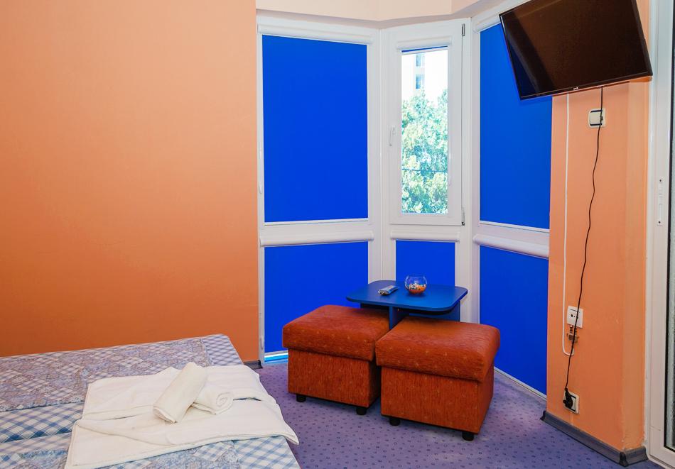 Нощувка за двама, трима или четирима + басейн в хотел Дара, Приморско, снимка 7