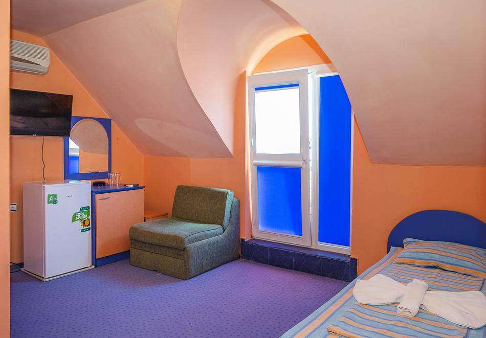 Нощувка за двама, трима или четирима + басейн в хотел Дара, Приморско, снимка 14