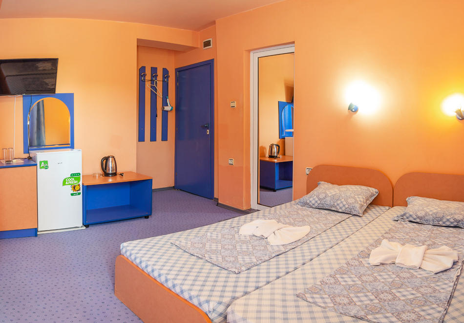 Нощувка за двама, трима или четирима + басейн в хотел Дара, Приморско, снимка 12