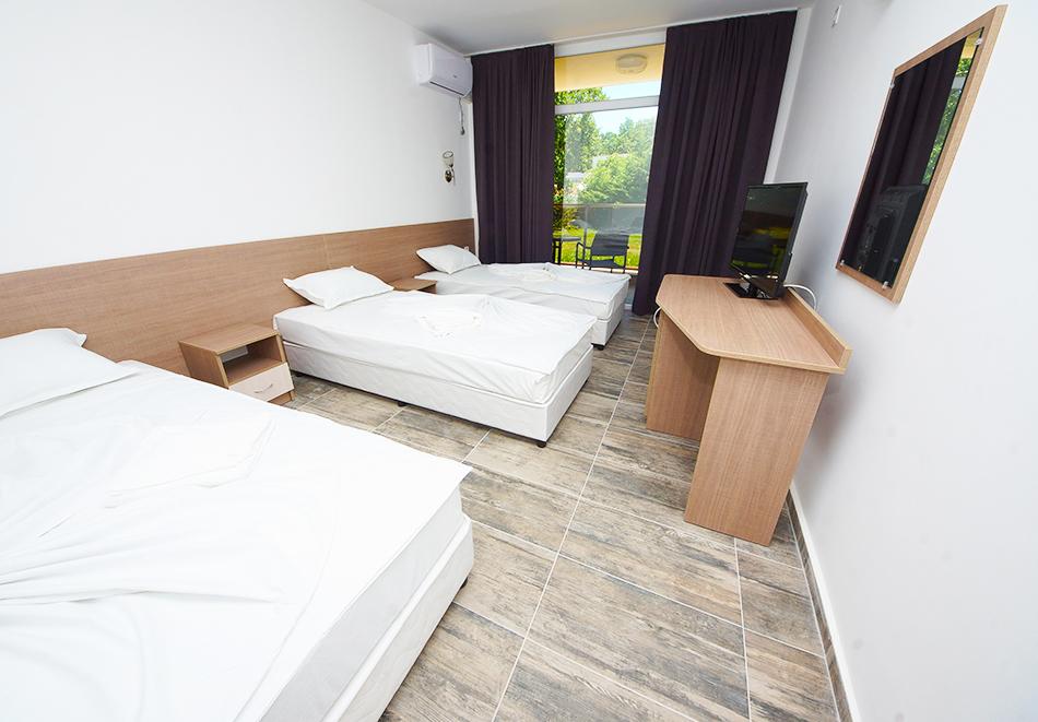 Нощувка на човек на база All inclusive + басейн в хотел Нева, Китен, на 100м. от плаж Атлиман, снимка 3