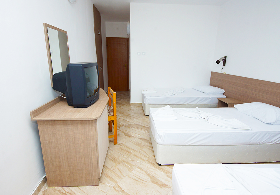 Нощувка на човек на база All inclusive + басейн в хотел Нева, Китен, на 100м. от плаж Атлиман, снимка 4