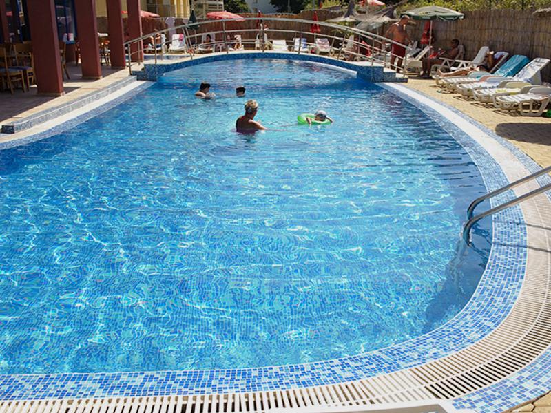 Нощувка на човек със закуска + басейн в хотел Надя, Приморско, снимка 3