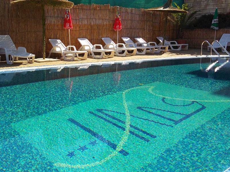 Нощувка на човек със закуска + басейн в хотел Надя, Приморско, снимка 11