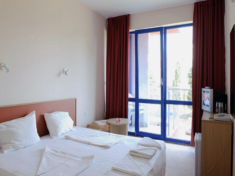 Нощувка на човек със закуска + басейн в хотел Надя, Приморско, снимка 8