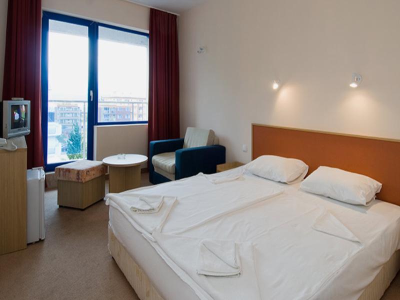 Нощувка на човек със закуска + басейн в хотел Надя, Приморско, снимка 10
