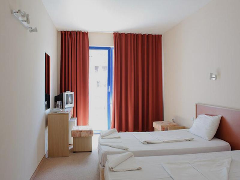 Нощувка на човек със закуска + басейн в хотел Надя, Приморско, снимка 7