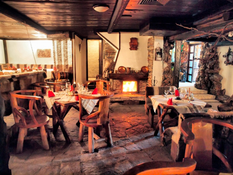 Почивка в центъра на Банско! Нощувка на човек със закуска и вечеря в хотел и механа Момини двори, снимка 21