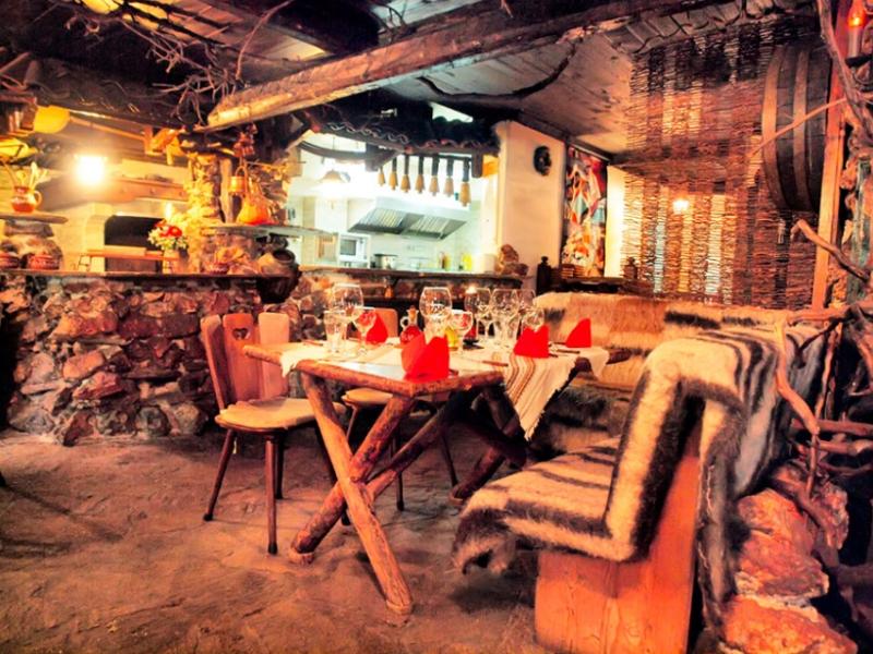 Почивка в центъра на Банско! Нощувка на човек със закуска и вечеря + сауна в хотел и механа Момини двори, снимка 15