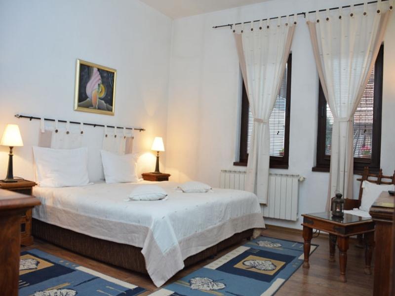 Почивка в центъра на Банско! Нощувка на човек със закуска и вечеря + сауна в хотел и механа Момини двори, снимка 12