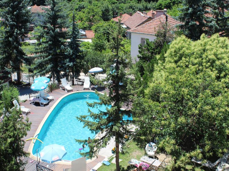 Нощувка със закуска за ДВАМА + външен и вътрешен басейн с гореща минерална вода и сауна от хотел Виталис, Пчелински бани, до Костенец, снимка 11