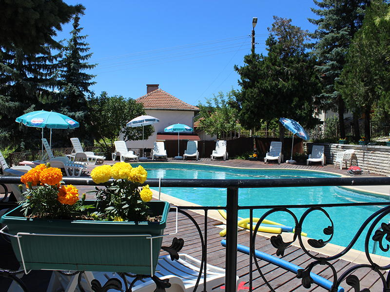 Нощувка със закуска за ДВАМА + външен и вътрешен басейн с гореща минерална вода и сауна от хотел Виталис, Пчелински бани, до Костенец, снимка 7