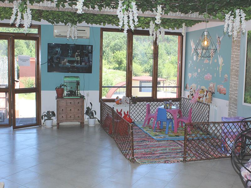 Нощувка със закуска за ДВАМА + външен и вътрешен басейн с гореща минерална вода и сауна от хотел Виталис, Пчелински бани, до Костенец, снимка 9