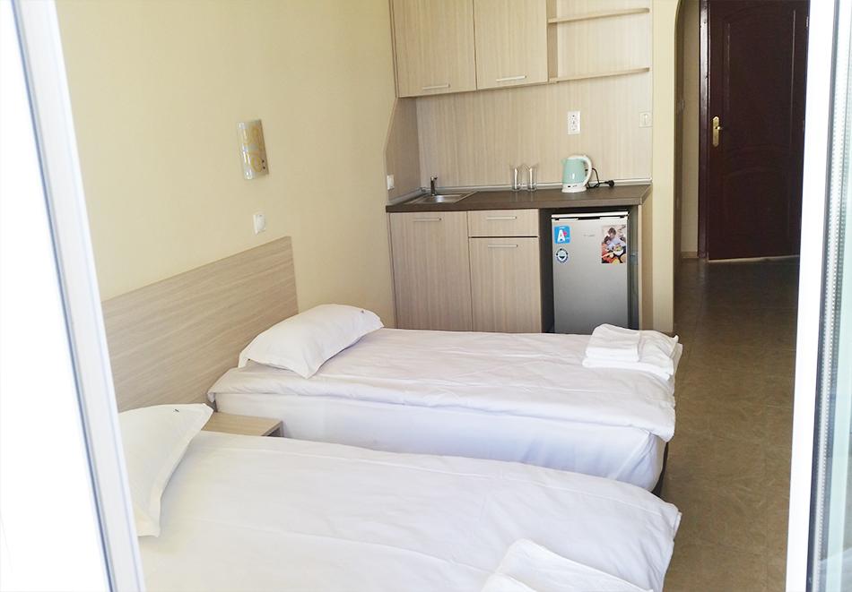 Нощувка на човек със закуска + басейн на 40м. от плажа в хотел Лъки Фемили, Равда, снимка 8
